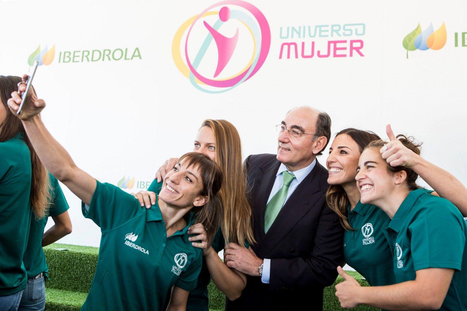 Ignacio Galán, presidente de Iberdrola con deportistas cuando se firmó la renovación de la colaboración en el programa Universo Mujer del CSD